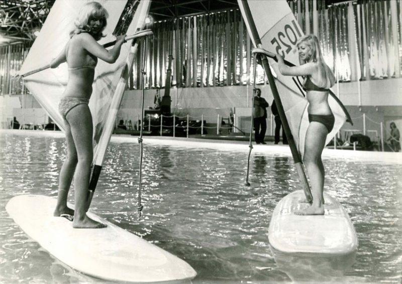 Quelle: Spiegel Online. Zwei Surferinnen auf der Bootsmesse im Januar 1973 in Duesseldorf. Archiv Calle Schmidt